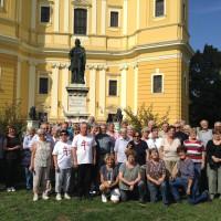 csoportkép a nagyváradi székesegyház előtt
