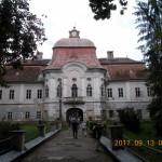 Gernyeszegen a Grassalkovich-stílusú Teleki-kastély bejáratánál a jelenlegi tulajdonos, gróf Teleki Kálmán fogadott és kalauzolt végig az épületen