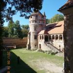Erdély legszebb reneszánsz kastélyát, a keresdi Bethlen-kastélyt az örökösök Csaba testvérnek engedték át, aki az otthonaiból kikerült fiatalokat szakmára, életvitelre oktató központját alakítja ki itt